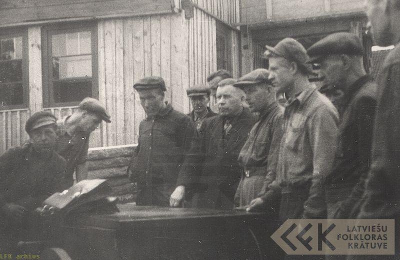 Bauskas Rūpkombinata strādnieki un folklorists Jānis Alberts Jansons