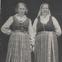 Folk singers Lūcija Staņķe and Alvīne Ledaine
