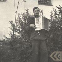 Muzikants Rūdolfs Pakalns spēlē akordeonu