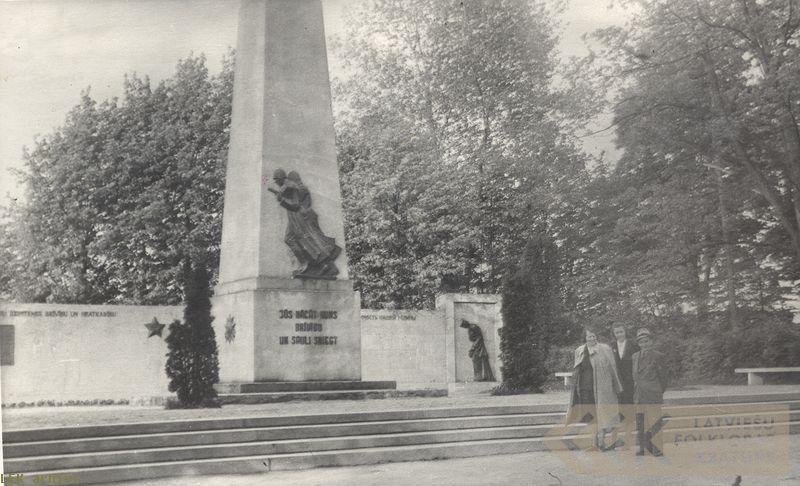 Otrajā pasaules karā kritušo piemineklis Cēsīs