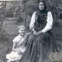 Folk narrator Trīne Kāpiņa with granddaughter