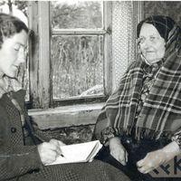 Folkloriste Rita Drīzule un teicēja Ieva Strēleviča