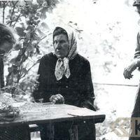 Folkloriste Alma Ancelāne un teicēja Praņa Tutina