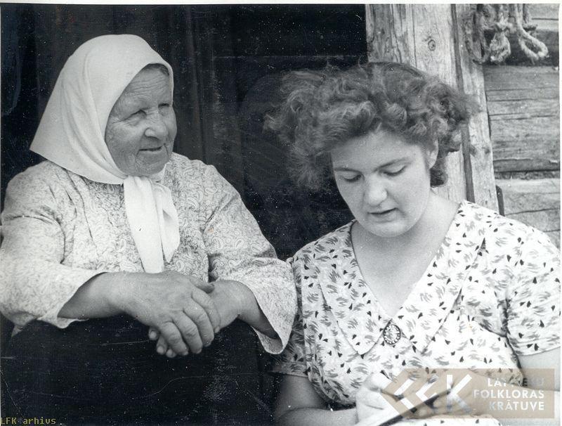 Teicēja Veronika Bogdana un folkloriste Renāte Tavare Izvaltā