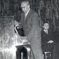 Profesors Jēkabs Vītoliņš referē
