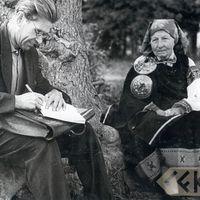 Ekspedīcijas dalībnieks Augusts Smagars un teicēja Anna Kūma