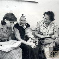 Folkloristes Ruta Skudra, Alma Ancelāne un teicēja Made Blūma ar mazmazdēlu