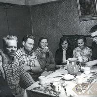 Folkloristi ēd vakariņas