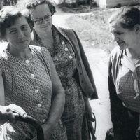 Teicēja Barbara Buklovska klausās ieskaņojumu kopā ar ekspedīcijas dalībniecēm Almu Ancelāni un Marijannu Aunu
