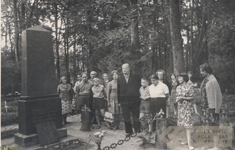 Pie dzejnieka Ausekļa kapa