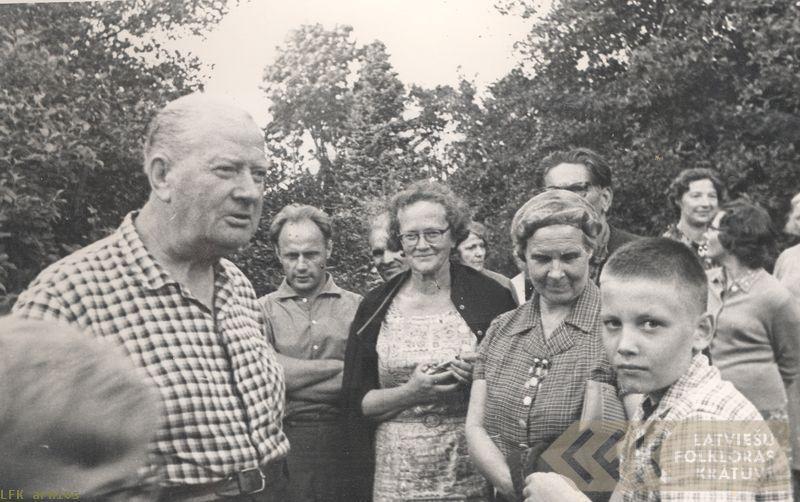 Skolotājs Antons Galeviuss ar folkloristiem