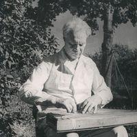 Komponists Artūrs Salaks spēlē kokli
