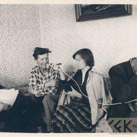 Teicējs Arnolds Kraulis dzied bēru dziesmu