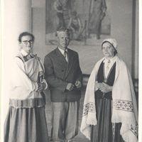 Teicēji Žanis Ābele un Līne Kuģe ar meitu