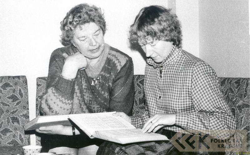 Folkloriste Elza Kokare un Elizabete Vernere