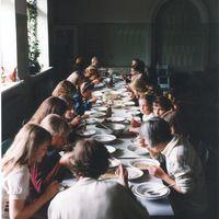 Nometnes dalībnieki Pāles skolas ēdamistabā