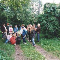 Folkloristi un citi nometnes dalībnieki pie Pāles dzirnavām