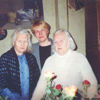 Lidija Liepiņa ar māsu Olgu Liepiņu un deputāti Līgu Ozolu