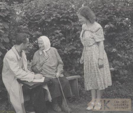 Teicēja Līze Rutka ar folkloristiem