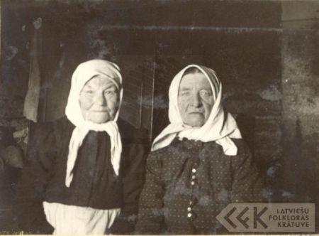 Folk singers Ilze Dukule and Madaļa Ermika