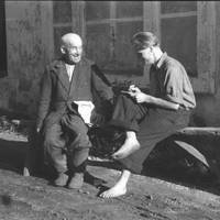 Folklorists Jānis Rozenbergs ar teicēju Aleksandru Spuģi