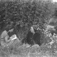 Teicēja Jūlija Platpīre un studente Māra Grava
