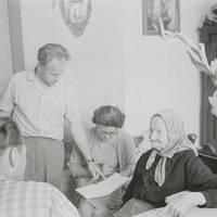 Folkloristi Laimdots Ceplītis, Jānis Rozenbergs, Mirdza Berzinska un teicēja Līze Meistare Mazsalacā