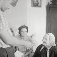 Folkloristi Laimdots Ceplītis, Mirdza Berzinska un teicēja Līze Meistare Mazsalacā