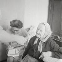 Folkloriste  Mirdza Berzinska un teicēja Līze Meistare Mazsalacā