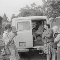 Ekspedīcijas dalībnieki Karmena Banga, Kārlis Arājs, Jānis Rozenbergs un teicējas Minna Cēbere, Anna Deruma