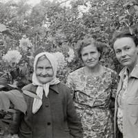 Ekspedīcijas dalībniece Karmena Banga un teicējas Minna Cēbere, Anna Deruma