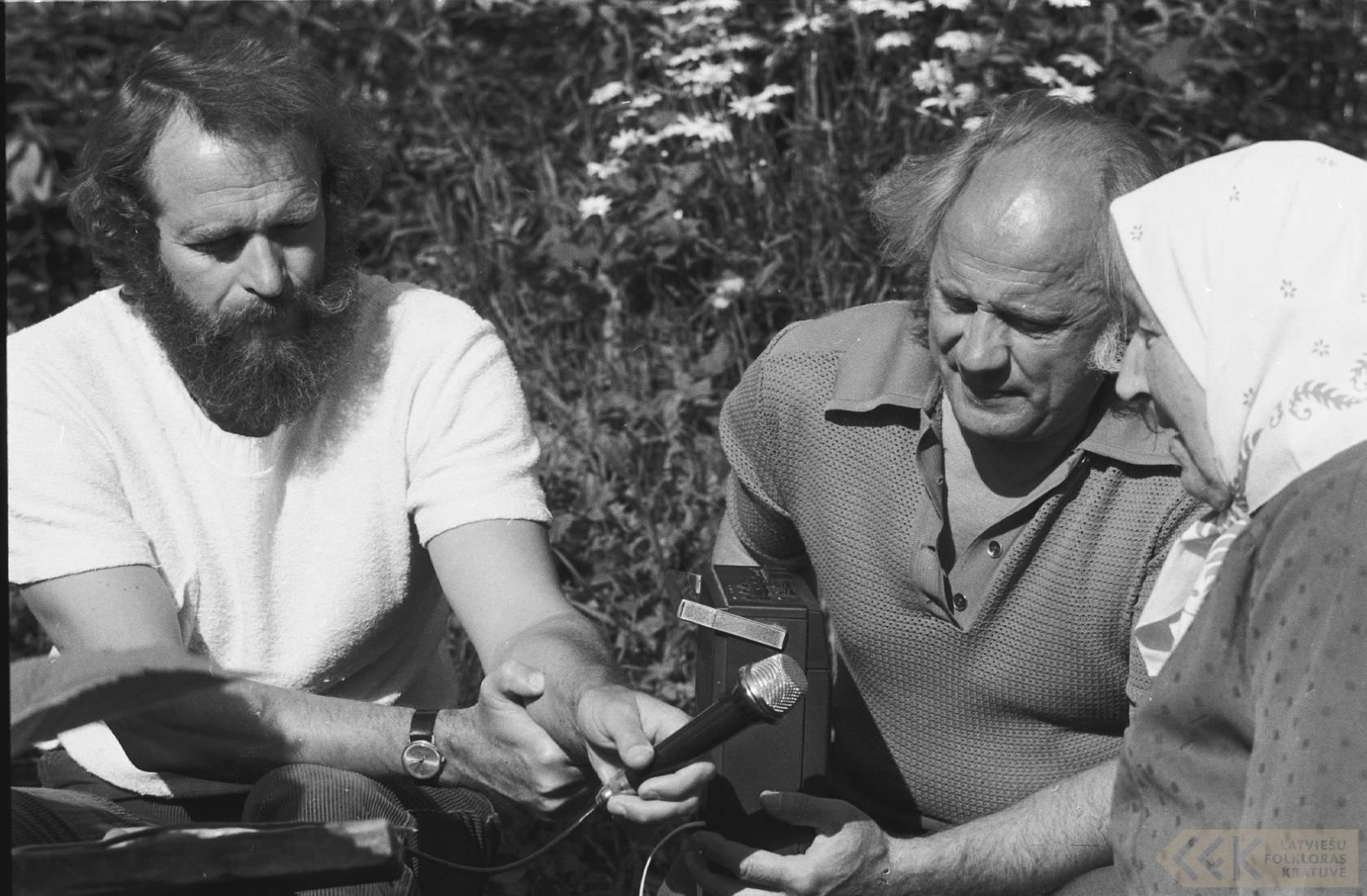 Režisors Zigurds Vidiņš, folklorists Jānis Rozenbergs un teicēja Olga Pommere