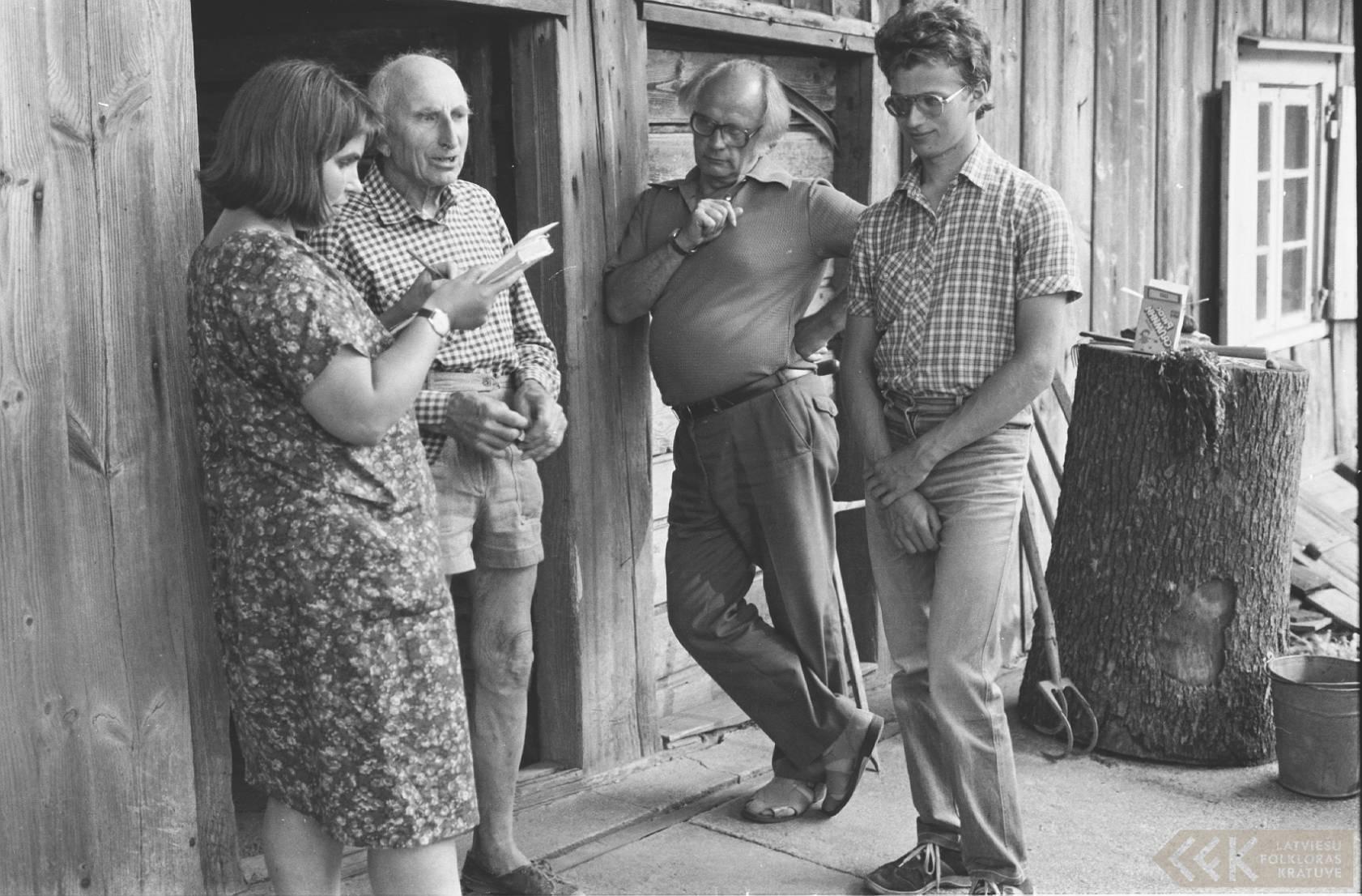 Folkloristi Māra Vīksna un Jānis Rozenbergs ar teicēju Valdi Glāzeri un Pēteri Mežuli