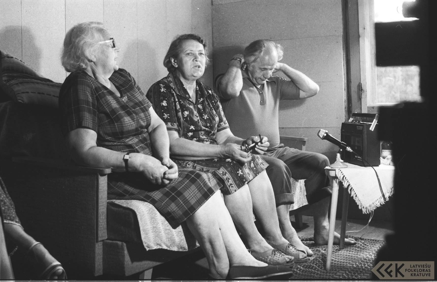 Teicējas Marta Šmite ar māsu un folklorists Jānis Rozenbergs