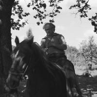 Folklorists Jānis Rozenbergs zirgā