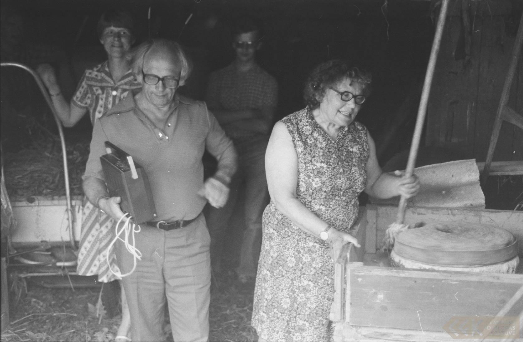 Folkloristi ar dzejnieci Broņislavu Martuževu