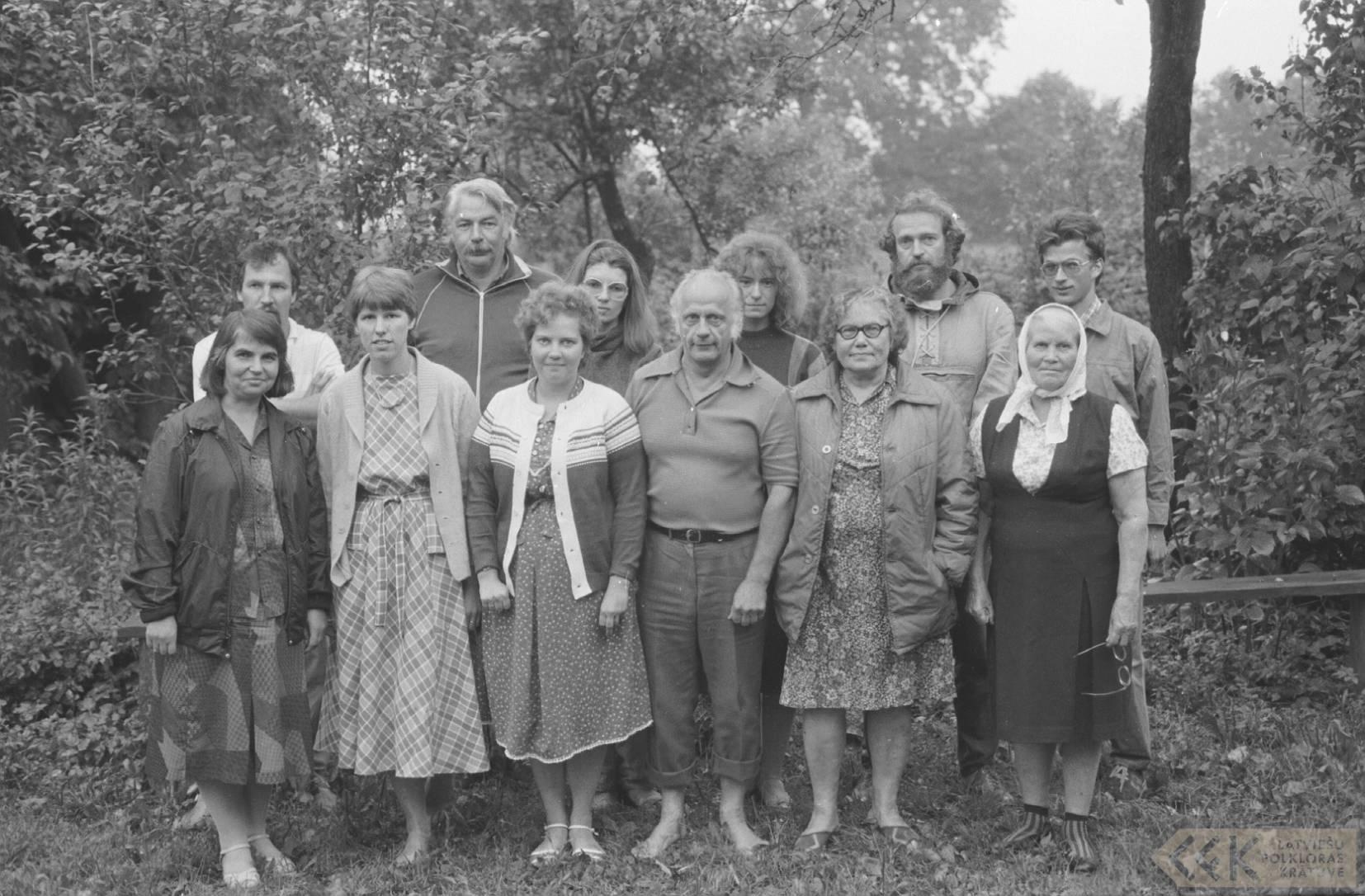 Folkloristi pie dzejnieces Broņislavas Martuževas