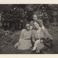 Ekspedīcijas dalībnieces Mirdza Berzinska, Alma Ancelāne un Elza Lankeviča