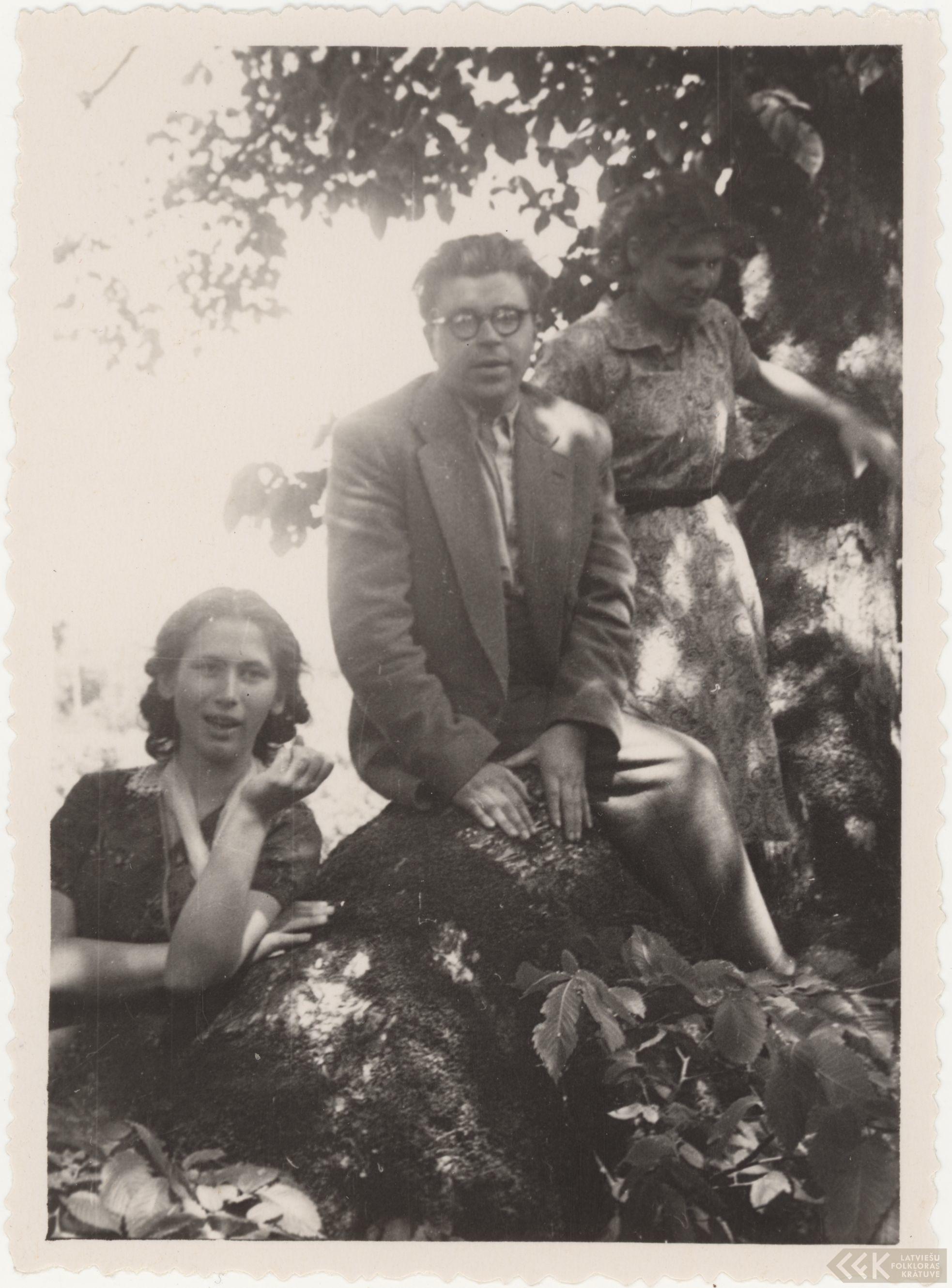 Folklorists Jāzeps Rudzītis ar studentēm