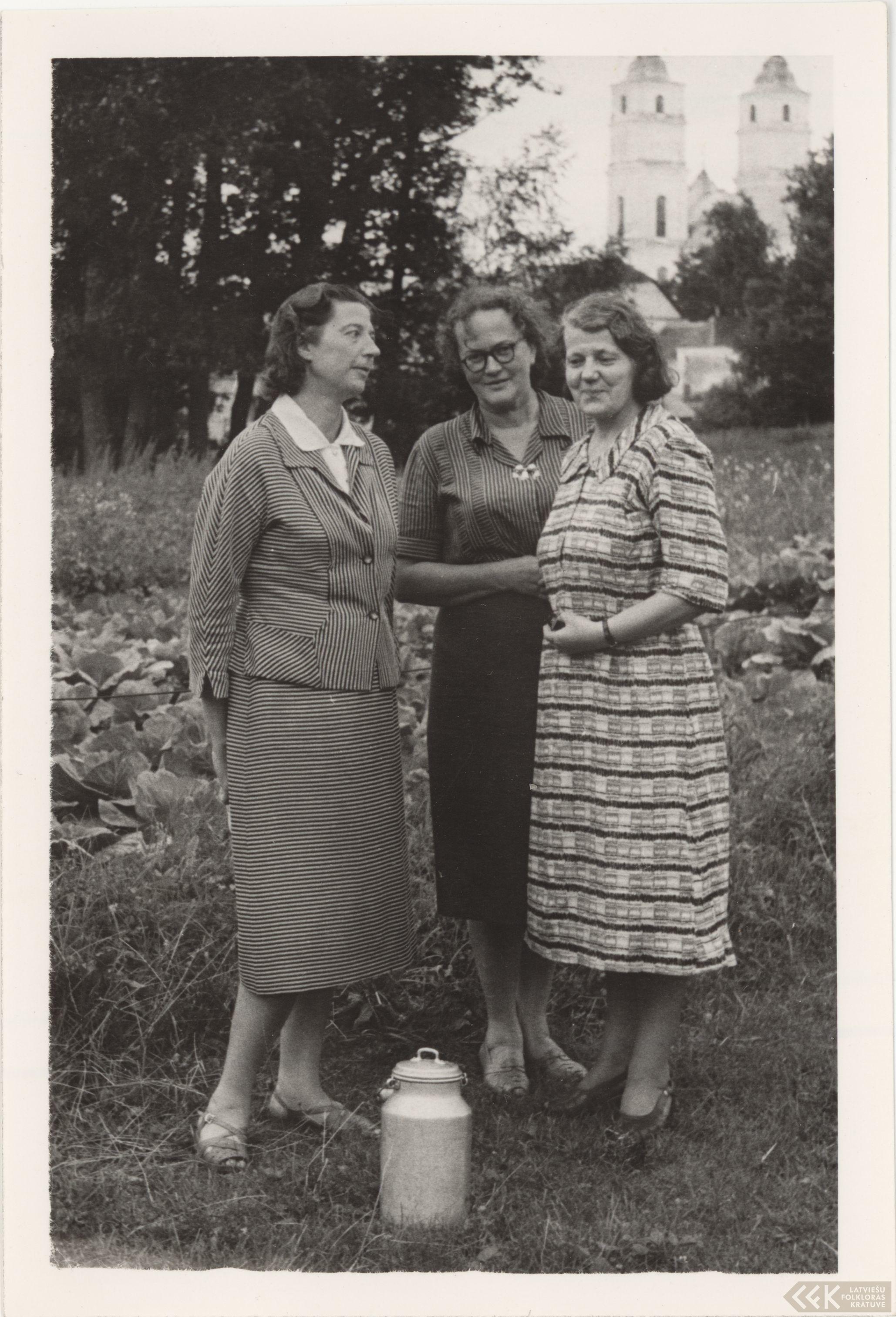 Folkloristi Elza Kokare, Alma Ancelāne un Vilma Greble