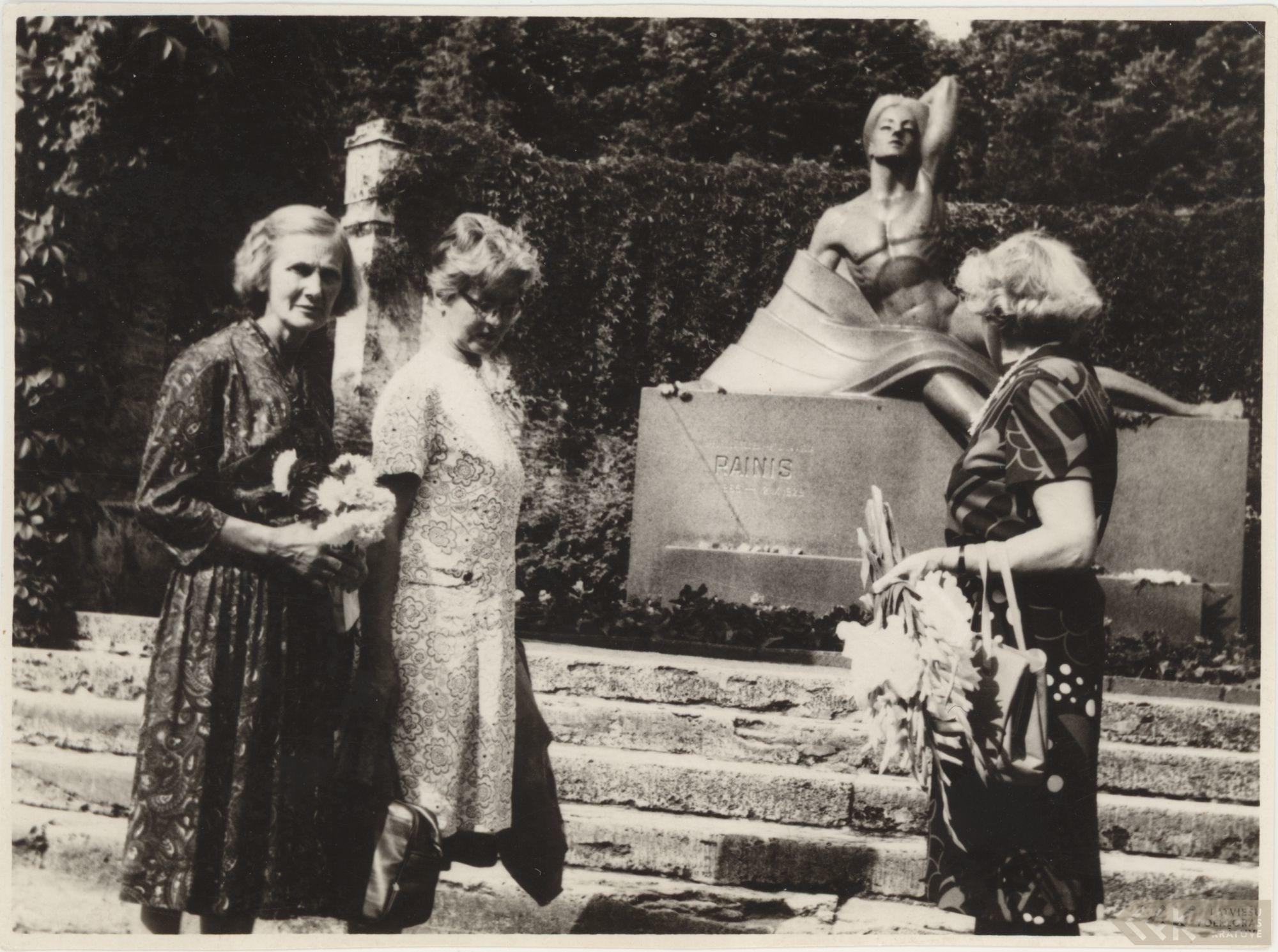 Folkloriste Austra Šlesere, Irma Cēbere un Laura Bičevska