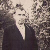 Alfrēda Baltbārža portrets pie ābelēm