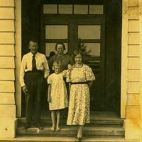 Betija Grava ar vecākiem un meitu