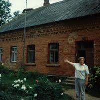 Silvijas Priednieces pie bijušās Pētertāles skolas