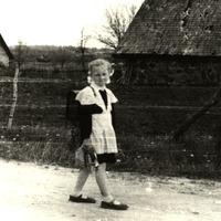 Ilze (Māra) Grēniņa pirmajā skolas dienā