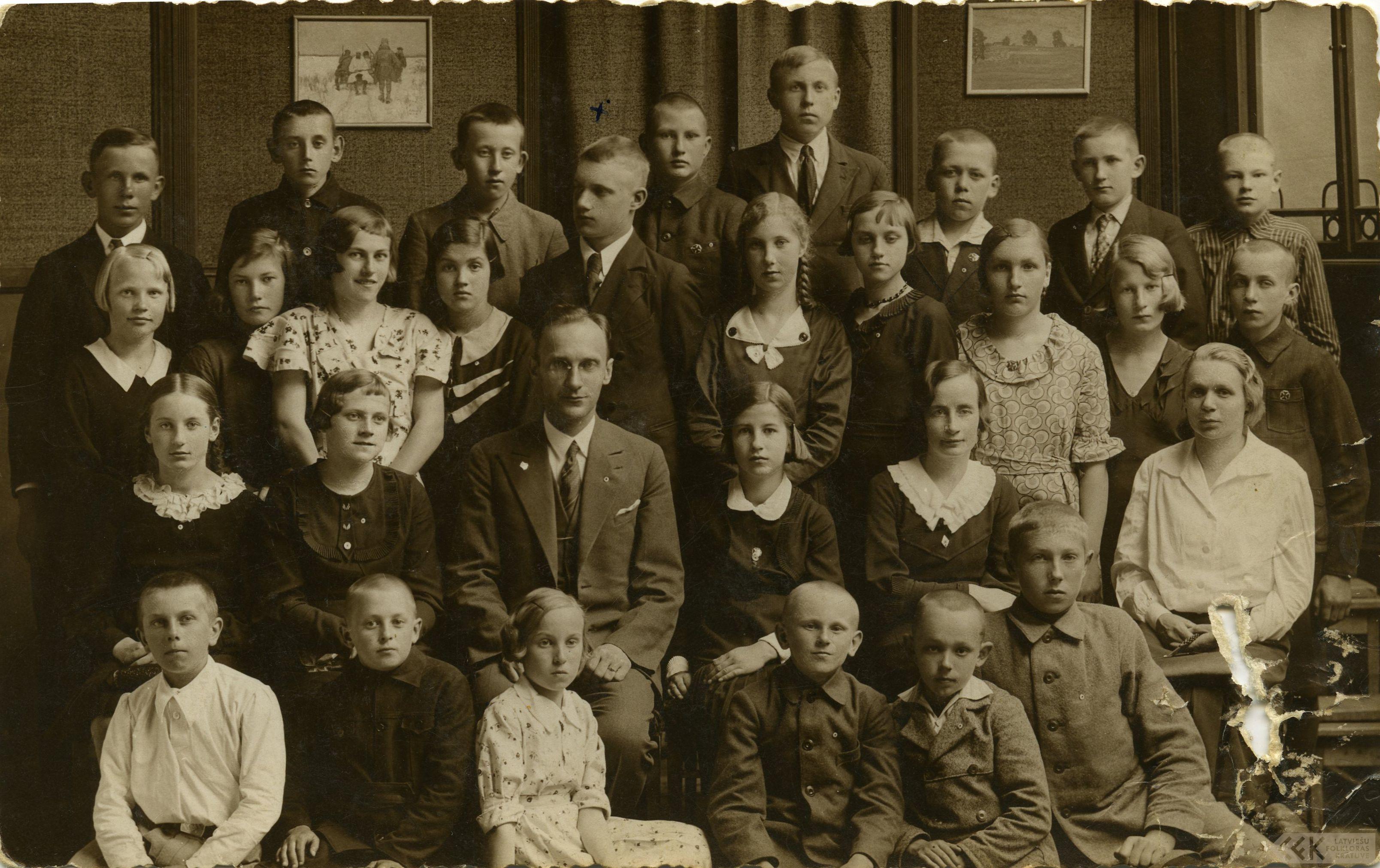 Latvijas Jaunatnes Sarkanā Krusta Mālpils 6–klašu pamatskolas pulciņa dalībnieki
