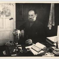 Diženajo Bernhards pie sava rakstāmgalda