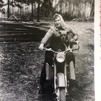 Zigrīda Paegle ar motociklu