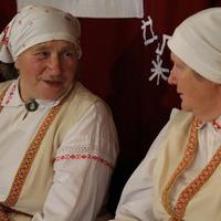 Upītes etnogrāfiskā ansambļa dalībnieces Valentīna Keiša un Līvija Supe
