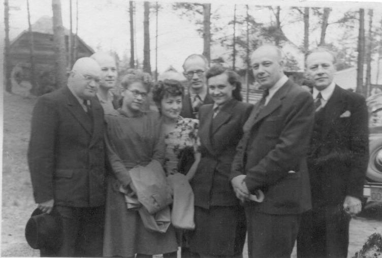 Cecīlija Dinere (vidū) kopā ar kolēģiem Aleksandru Čaku, Montu Kromu u.c.